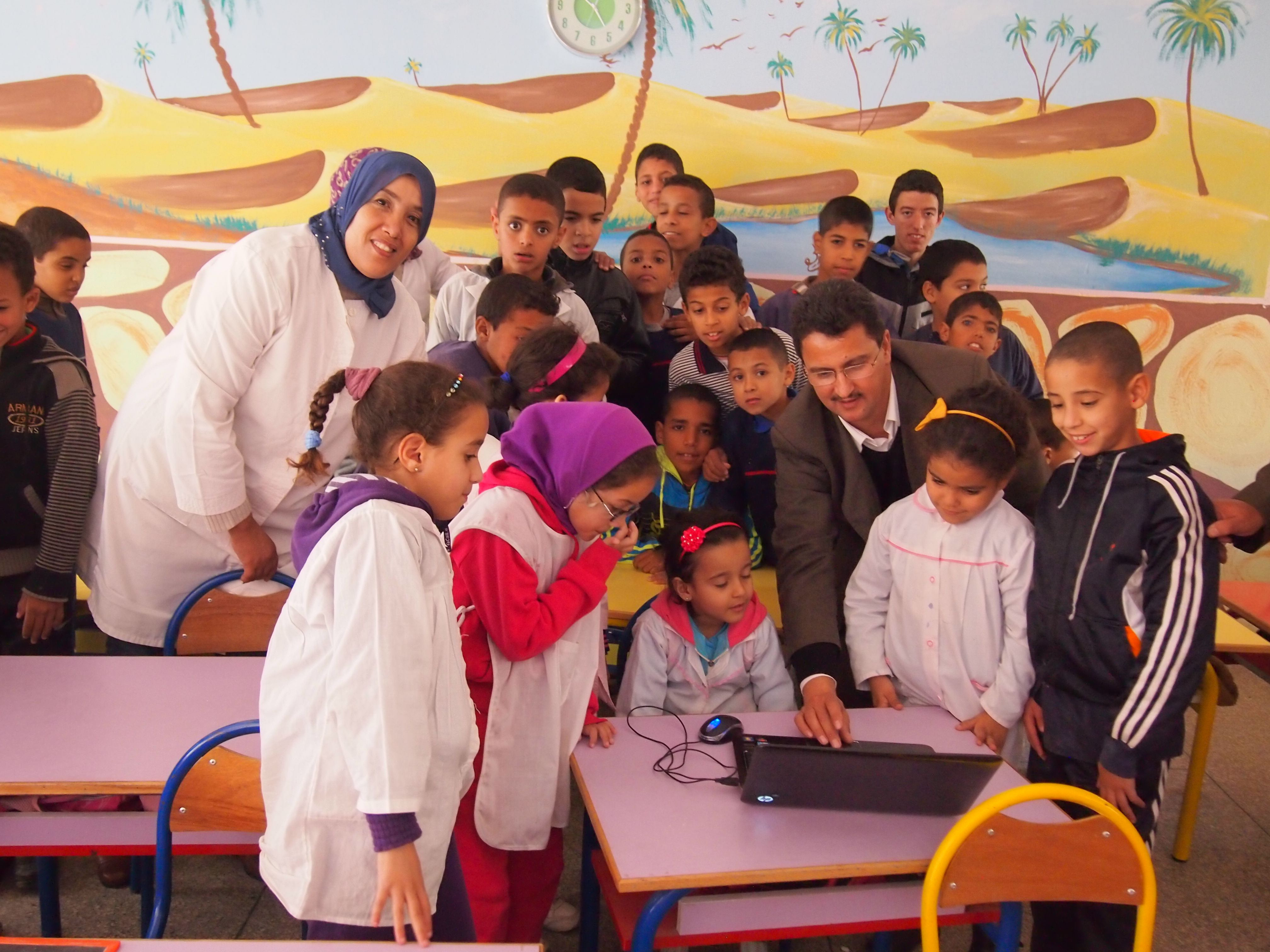 3-106_Abdelhadi Soudi shows students how to use the translation software